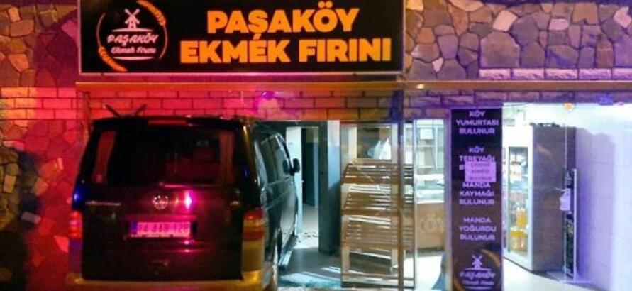 Kontrolden çıkan minibüs ekmek fırınına girdi