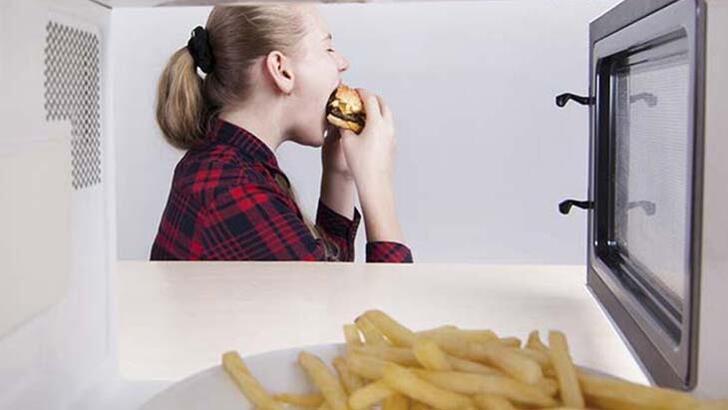 Sürekli aç hissetmenizin asıl nedeni buymuş!