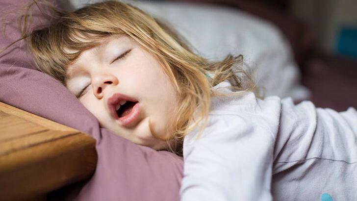 Çocuğunuz ağzı açık uyuyorsa sebebi bu olabilir!