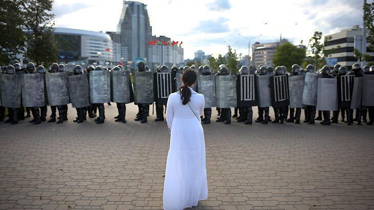 Belarus'ta protestocular neden polislerin maskelerini indiriyor?