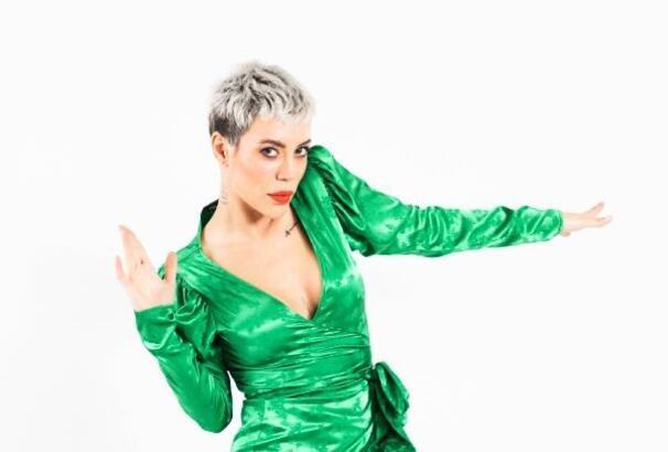Şarkıcı Pınar Özkan pozitif çıkınca, karantinaya girdi