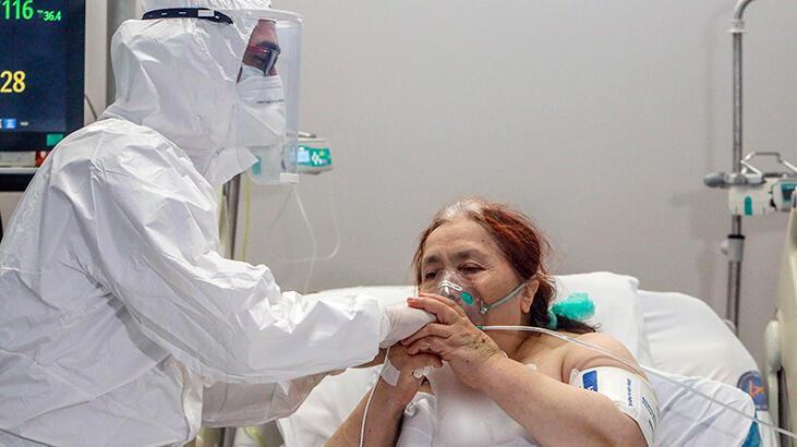 Testi negatife dönen hasta, doktorun elini öperek teşekkür etti