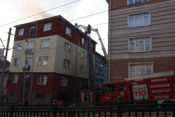 Eskişehir'deki çatı yangınını itfaiye söndürdü