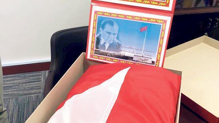 Anıtkabir'deki bayrak Darüşşafaka'da