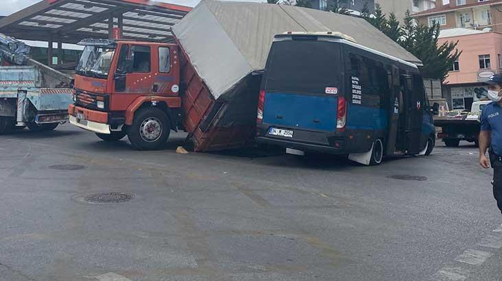 Sunta yüklü kamyon minibüsün üzerine devrildi