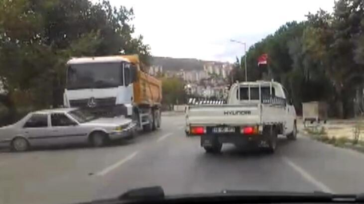 Hafriyat kamyonunun otomobile çarptığı kaza kamerada