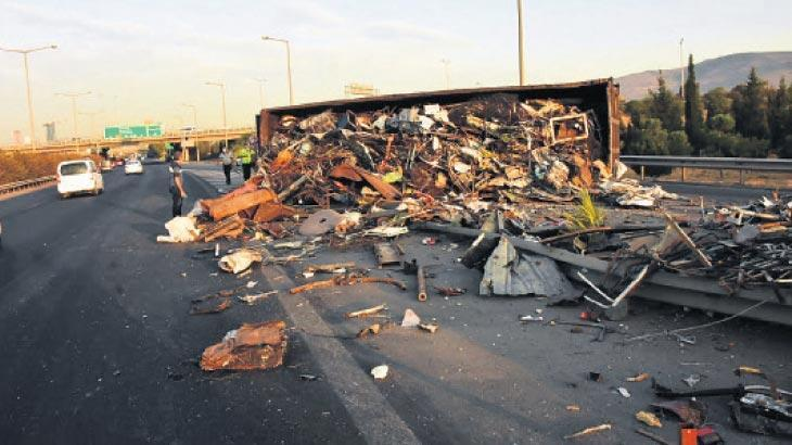 Hurdalar yola saçıldı sürücüsü sıkıştı kaldı