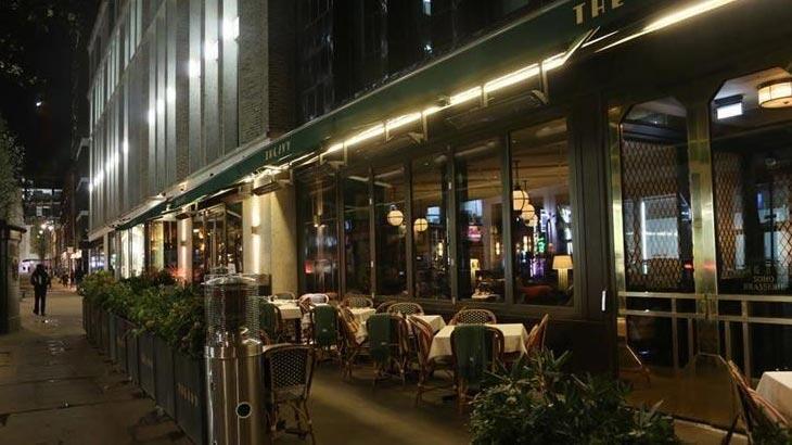 İngiltere'de bar ve restoranlar erken kapanmaya başladı