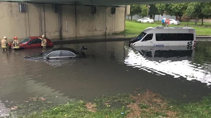 Altgeçidi su bastı, otomobiller suya gömüldü