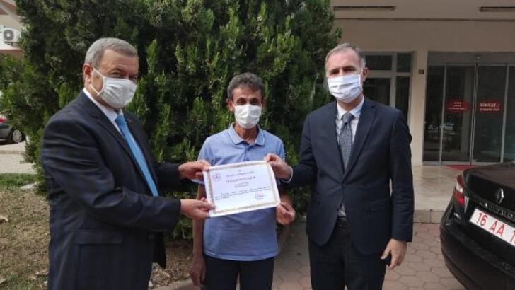 Koronavirüs tedbirlerine uyan berbere teşekkür plaketi verildi