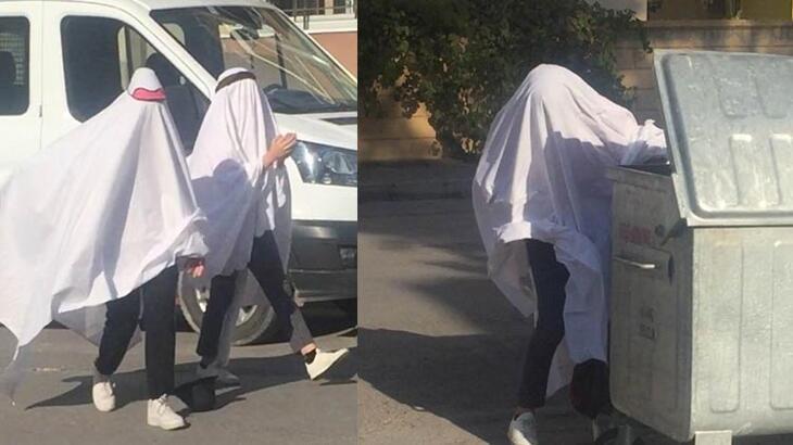 Bir garip olay! 2 genç kız hayalet kılığında yolda yürüdü