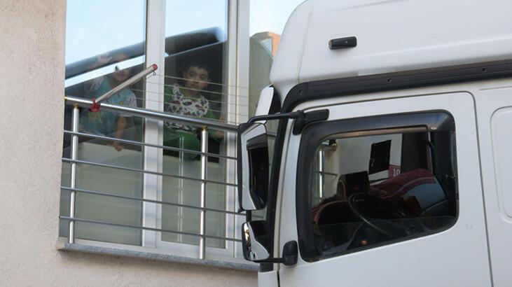 Maltepe'de hafriyat yüklü kamyon binaya çarptı: 1 yaralı