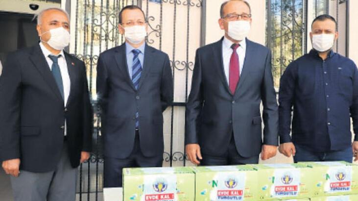 Çocuklara 75 bin maske dağıttılar
