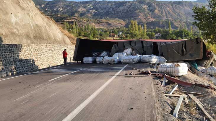 Sivas'ta devrilen TIR ulaşımı aksattı