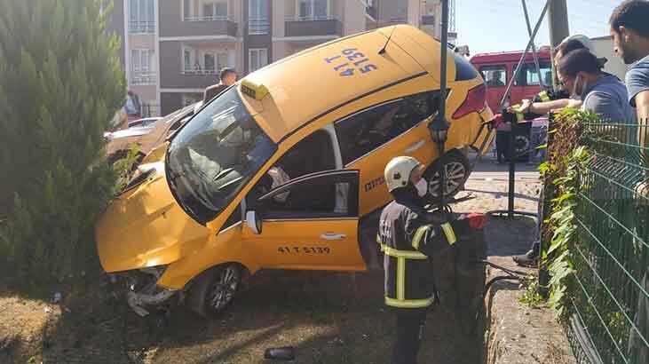 2 otomobille çarpıştı! Taksi bahçe duvarında asılı kaldı