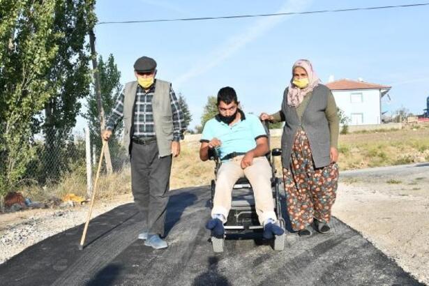 Engelli Ümit'in evinin yolu asfaltlandı