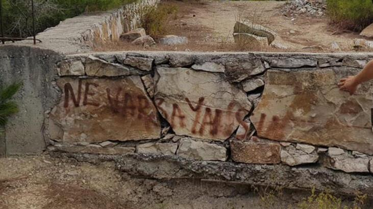 Hatay'daki yangın bölgesi yakınında 'Ne varsa yansın' yazısı