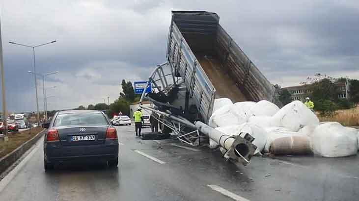 Damperi açılan kamyon, yön tabelasını yıktı!