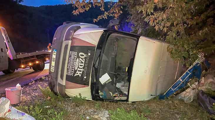 Son dakika... Antalya'da feci kaza! Minibüsteki 3 kişi yaralandı