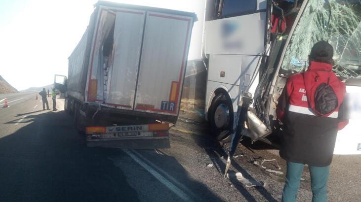 Sivas'ta yolcu otobüsü TIR'a arkadan çarptı: 6 yaralı