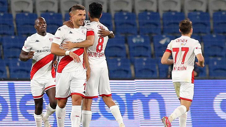 Podolski, yeni sezonda ilk golünü Medipol Başakşehir maçında attı