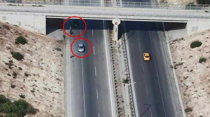 Otoyolda şok görüntü! İki araç köprüaltında buluştu