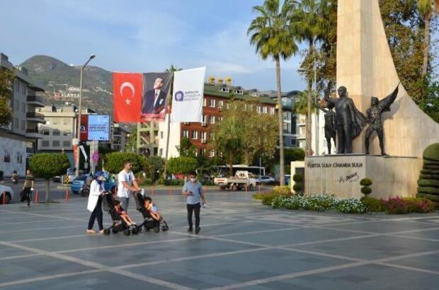 Antalya'nın dört bir yanı kırmızı beyaza büründü