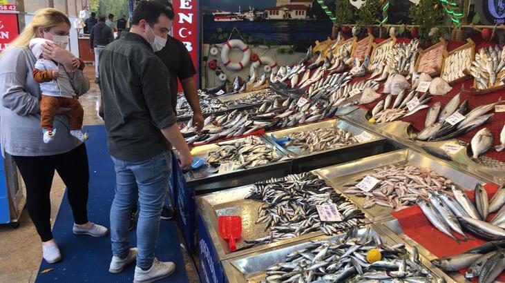 Hamsi bolluğu balıkçı tezgahlarını şenlendirdi