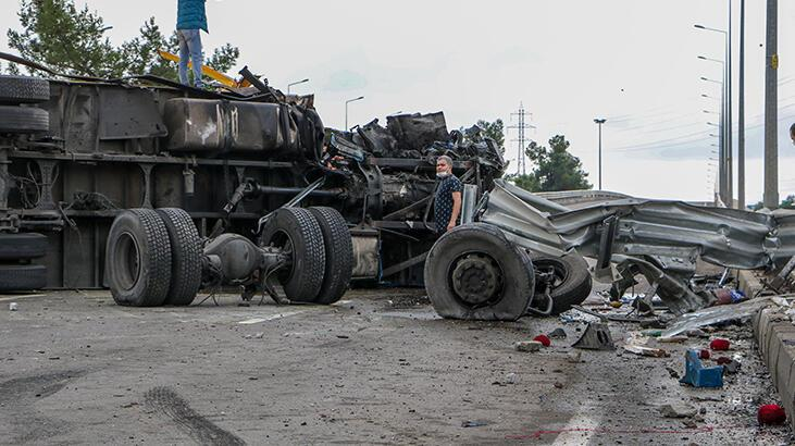 Direğe çarpıp devrilen kamyonunun tekerlekleri koptu!