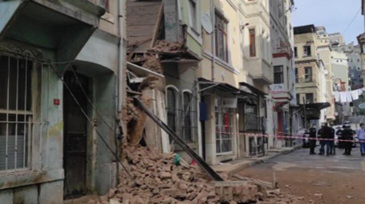 Son dakika... Beyoğlu'nda 2 katlı boş bina çöktü