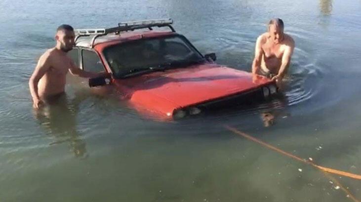 El freni çekilmeyen otomobil gölete uçtu!