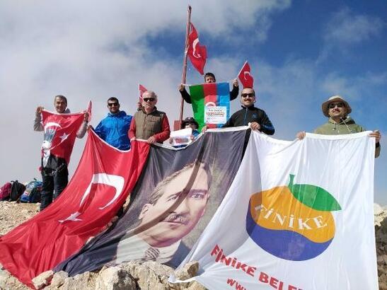 Finike Belediye personeli Kızlar Sivrisi'ne tırmandı