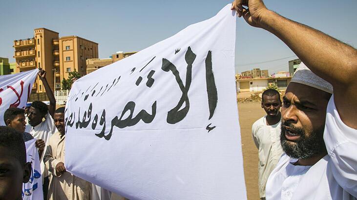 Sudan'da Fransa'nın İslam karşıtı tutumu ve İsrail'le normalleşme protesto edildi