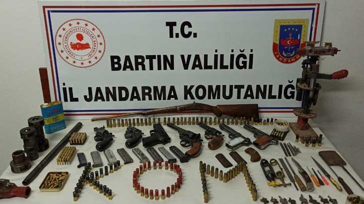 Bartın'da bir evde ruhsatsız silahlar ele geçirildi