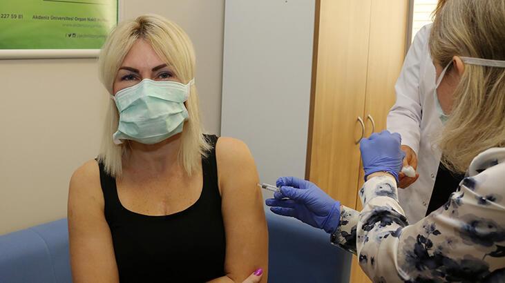 Akdeniz Üniversitesi Hastanesi'nde ilk aşı uygulaması, Rektör Özkan'a