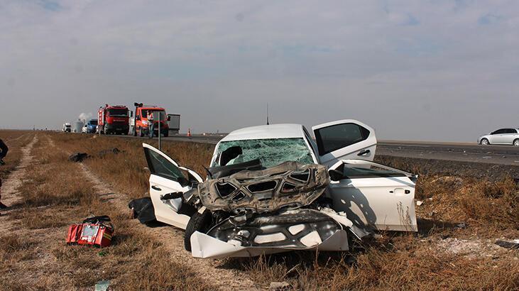 Otomobil, TIR'a çarptı: 1 ölü, 1 ağır yaralı