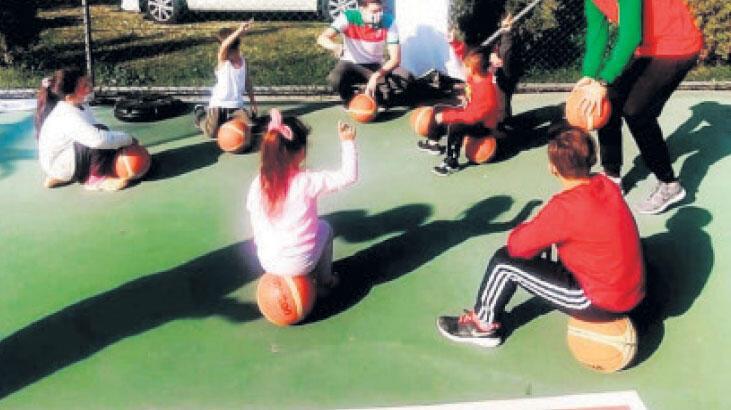 Genç basketçilerden depremzede miniklere moral