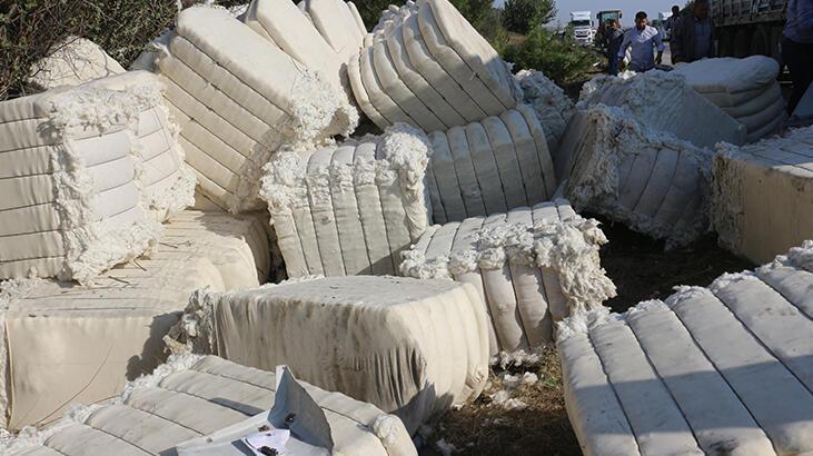 Adana'da feci kaza! Pamuk yüklü TIR devrildi