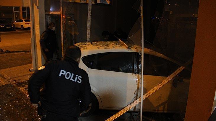 Kayseri'de kaza! Hızını alamayınca dükkana girdi