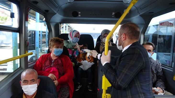Minibüsçüler yolculara kolonya ve maske dağıttı