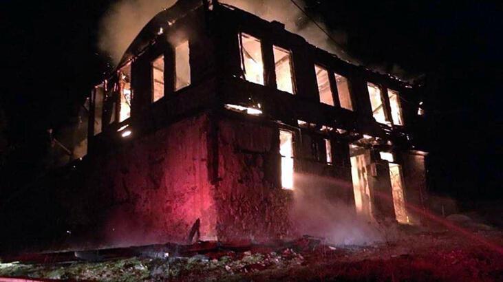 Göynük'te 2 katlı ahşap ev yandı