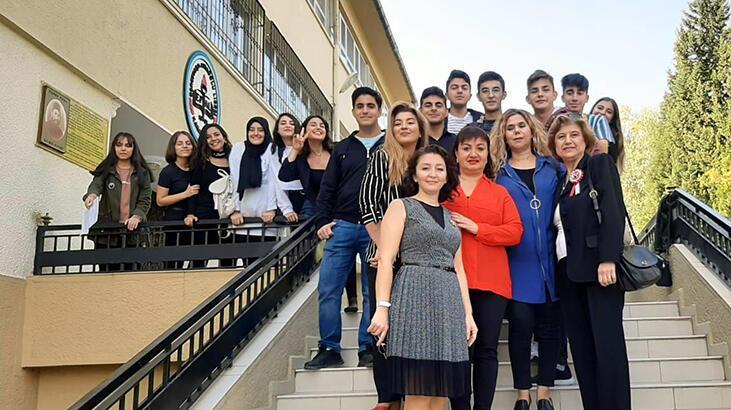 Koronavirüsü yenen öğretmen, gözyaşları içinde öğrencilere seslendi