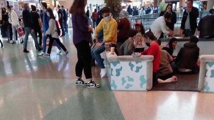Masa ve sandalyelerin kaldırıldığı AVM'de, yerde yemek yediler