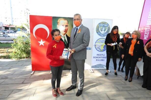Öğretmenler Günü'nde çocuklara tablet dağıttılar