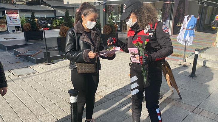 Kadıköy'de polis KADES'i tanıttı, kadınlara karanfil dağıtıldı