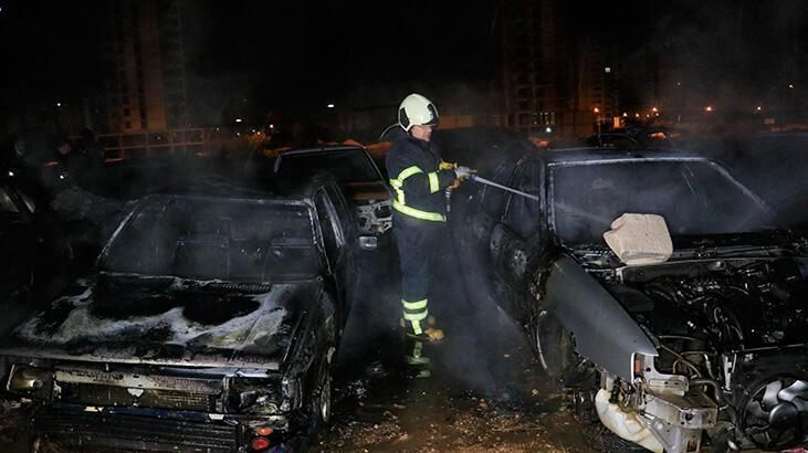 Adana'da boş arazideki hurda otomobiller yandı