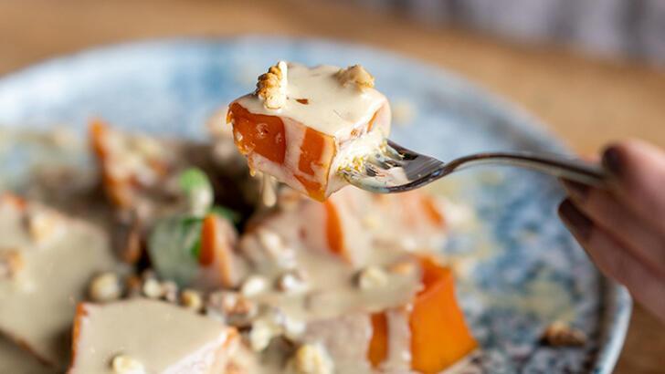 Yoğurt ve meyveyi üzerine 1 kaşık tahin dökerek yiyin!