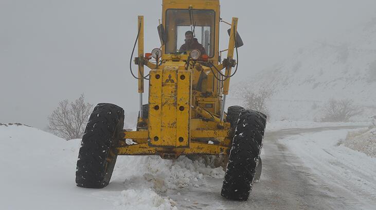 Elazığ'da, kardan kapanan 90 köy yolundan 77'si açıldı