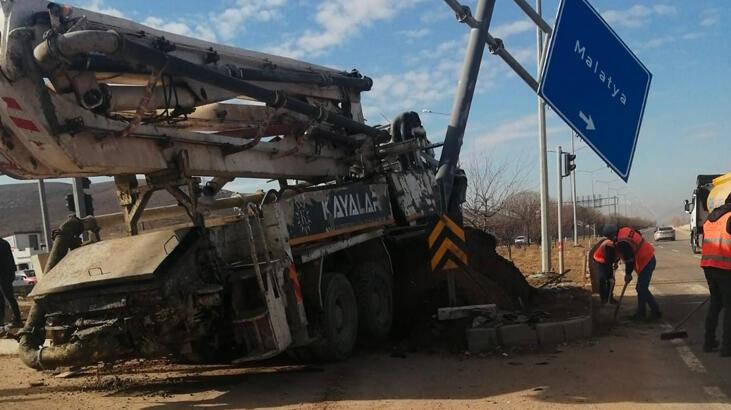 Elazığ'da kamyon otomobile çarptı: 4 yaralı