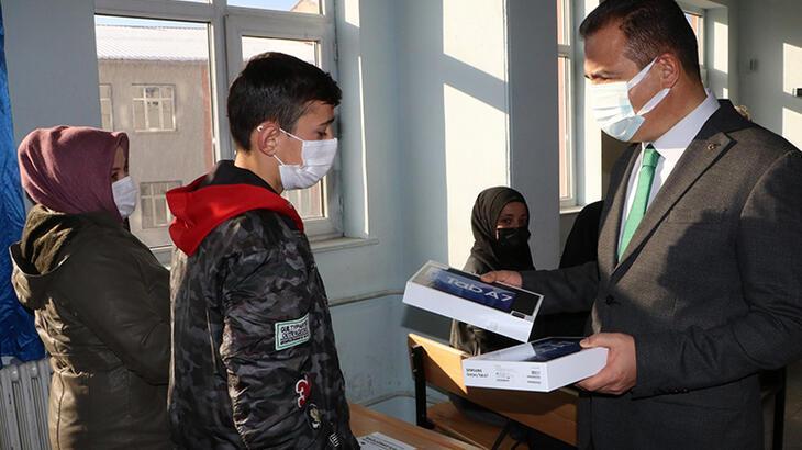 Hakkari'de öğrencilere 5 bin tablet bilgisayar dağıtıldı!